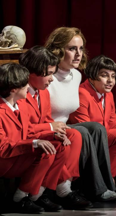 La flauta mágica por Garsington Opera die-zauberflote-2018-louise-alder--pamina--with-three-boys-aman-de-silva--frederick-jemison--oliver-german-credit-johan-persson